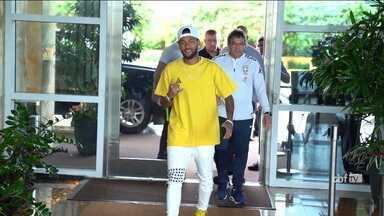 Após 3 meses sem jogar, Neymar se apresenta à Seleção Brasileira para Amistosos - Após 3 meses sem jogar, Neymar se apresenta à Seleção Brasileira para Amistosos
