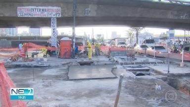 Motoristas enfrentam problemas para trafegar em área de obras na Avenida Caxangá - Placas de concreto estão sendo trocadas, no bairro da Iputinga, e serviço só deve acabar no fim do ano