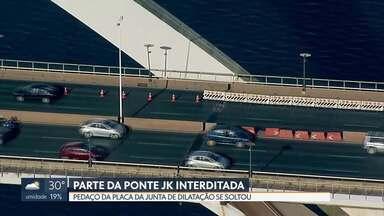 Pista da Ponte JK é interditada - Parte de uma das placas da junta de dilatação se soltou e precisa ser trocada. Enquanto não é feito o conserto, um adas pistas da ponte fica interditada.