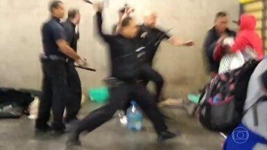 17 seguranças do Metrô de SP são afastados do trabalho após agredirem moradores de rua - Os moradores de rua dormiam na estação Sé no centro da cidade.
