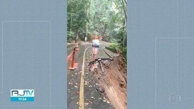Trecho de estrada desmorona no Alto da Boa Vista e acesso à Vista Chinesa é interditado - Ninguém passava na hora porque autoridades já haviam bloqueado o local depois de alertas de ciclistas. Obras na Estrada Dona Castorina devem durar seis meses.