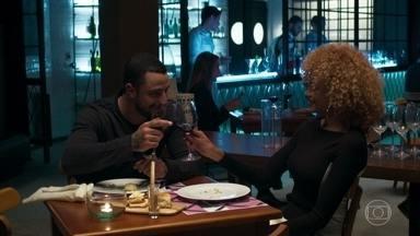 Abdias se apresenta para Sílvia - Ele decidem acabar de jantar