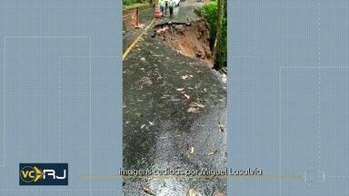 Estrada que dá acesso à Vista Chinesa fica interditada após deslizamento - Um ponto da Estrada Dona Castorina, conhecida como estrada da Vista Chinesa, deslizou na noite desta quinta (5). O trânisto está interditado no local.