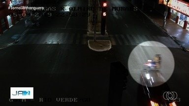 Vídeo mostra quando carro que participava de suposto racha atinge moto e mata jovem - Na imagem, é possível ver que veículo furou sinal vermelho em avenida de Rio Verde. Vítima que morreu estava garupa da moto e piloto está internado em estado grave.