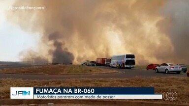 Fumaça de queimada para a BR-060 por uma hora e meia no sudoeste de Goiás - Fogo começou em uma fazenda em Rio Verde que fica do lado da Rodovia. Como o vento estava forte, as chamas chegaram ao asfalto e foram para o canteiro central.