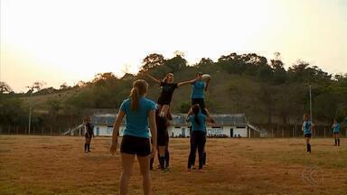 Rúgbi cai no gosto das meninas em Barroso - Esporte atrai atenção das garotas em projeto na cidade. Time já conta com 30 jogadoras