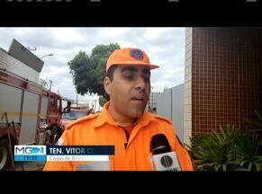 Corpo de Bombeiros apaga incêndio em lote vago em Ipatinga - Fogo aconteceu no Bairro Cidade Nobre e ninguém ficou ferido.