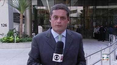 Cirurgia do presidente Jair Bolsonaro termina após cinco horas - Operação em hospital de SP foi feita porque hérnia surgiu no local das intervenções anteriores. Procedimento começou por volta de 7h30 e durou cinco horas. Bolsonaro deve ficar dez dias afastado da Presidência.