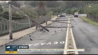 Arquiteto bate carro e derruba 11 postes de iluminação de uma vez em Franca, SP - Motorista disse que perdeu controle da direção ao desviar de cachorro na avenida.