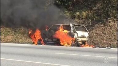 Carro pega fogo na Rodovia Castello Branco em Mairinque - Um carro pegou fogo na Rodovia Castello Branco, no trecho que passa por Mairinque (SP), na tarde deste domingo (8).