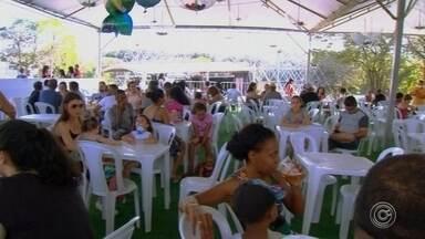 80 mil pessoas são esperadas na última semana da Festa do Salto - Cerca de 80 mil pessoas são esperadas na última semana da Festa do Salto (SP). Além de músicas e comidas, a festa marca a devoção à padroeira da cidade, Nossa Senhora do Montserrat.