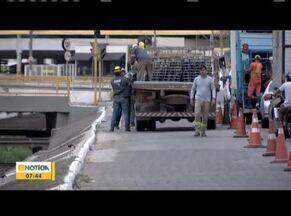 Avenida Veneza passa por reforma em Valadares - Uma barreira protetora está sendo instalada no trecho, para proteger motoristas e pedestres.