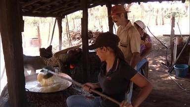 Comunidade rural mantém tradições típicas no Norte de Minas - A família inteira participa das atividades da fazenda, incluindo a produção artesanal de rapadura.