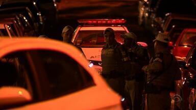 Bandidos tentam roubar carro e abondaram o veículo durante a fuga - Agente penitenciário reagiu ao assalto.