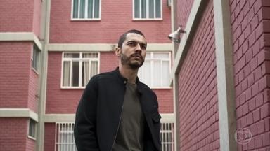 Camilo consegue pista sobre passado misterioso de Chiclete - Investigador visita delegado de Rio Vermelho para saber sobre a família Ramirez
