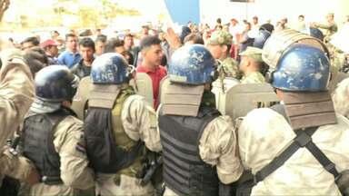 Protesto de paraguaios bloqueia trânsito na ponte da Amizade - Paraguaios que compram produtos no Brasil reclamam da fiscalização.