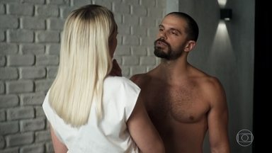 Kim dispensa Márcio para ficar com Paixão - Ela inventa uma desculpa para despistar o namorado