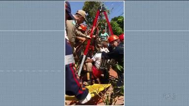 Homem cai em fossa e tem ferimentos leves - A queda foi de uma altura de 8 metros