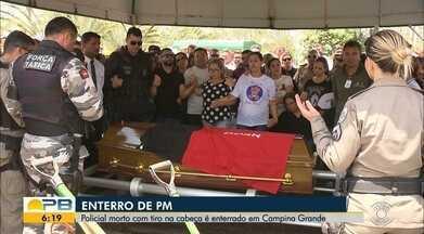Policial morto por tiro acidental é enterrado, em Campina Grande - Cabo da PM morreu após ser baleado na cabeça. Corpo foi levado para enterro em uma viatura do Corpo de Bombeiros, durante um cortejo realizado por policiais, amigos e familiares.