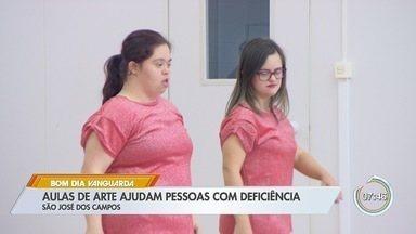 Aulas de arte ajudam pessoas com deficiência em São José - Instituições estão ajudando no desenvolvimento de deficientes.