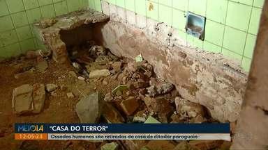 """Ossadas humanas são retiradas da casa de ditador paraguaio - O local ficou conhecido como """"Casa do Terror"""". Ossadas podem ser de vítimas da ditadura de Alfredo Stroessner."""