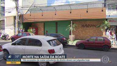 Três acusados de espancar até a morte um jovem em uma boate de Contagem vão a julgamento - O crime aconteceu em 2016, na porta de uma boate. Dois dos acusados são ex-policiais e estão presos. O terceiro, o corretor de seguros Célio Gomes da Silva, está foragido.