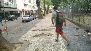 Mulher é detida após tentar furtar celular na praia de Copacabana, no Rio - Tentativa de furto foi registrada nesta quinta (12), ao vivo, no Bom Dia Rio. As imagens mostram um homem correndo e abandonando o aparelho no chão, enquanto a vítima passa na frente da câmera, sem camisa.