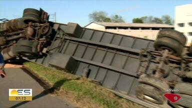 Carreta que transportava motos tomba na BR-101 em Linhares, ES - Trânsito não foi prejudicado.