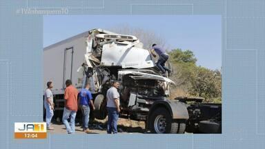 Colisão entre dois caminhões prejudica trânsito na TO-080, entre Palmas e Paraíso - Colisão entre dois caminhões prejudica trânsito na TO-080, entre Palmas e Paraíso