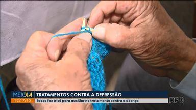 Idoso faz tricô para ajudar no tratamento contra a depressão - Aulas são feitas no Cras, em Curitiba.