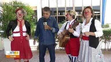 Aldeia Jiquitaia promete diversão e muita risada com trio de palhaços - Aldeia Jiquitaia promete diversão e muita risada com trio de palhaços