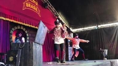 EmCena Brasil percorre o país com espetáculos em palco improvisado - Orlando Moreno, coordenador geral do projeto, enviou um vídeo explicando como funciona para o quadro Nós.Doc.