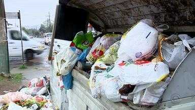 Moradores de Cachoeirinha sofrem com a falta da coleta de lixo - Ruas estão tomadas por entulhos de lixos.