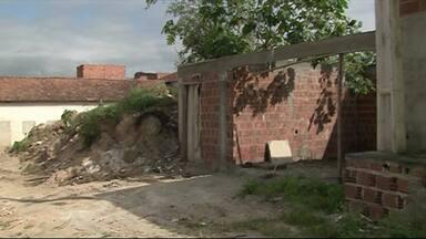 Moradores reclamam de mato alto em bairro de Caruaru - Lixo, metralha e mato continuam incomodando moradores do Alto do Moura.