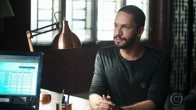 Téo confronta Fabiana - Márcio convence a ex-noviça a desistir de obrigar Britney a usar boné