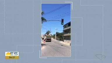 Prefeitura conserta semáforo que estava sem funcionar em Cariacica, ES - Semáforo fica na avenida Alice Coutinho.