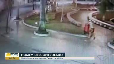 Homem tenta quebrar placa de sinalização e arranca lixeiras no Centro de Vitória - Tudo aconteceu por volta das 2h30 da madrugada desta quinta-feira (12).
