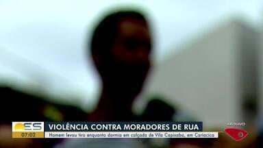 Morador de rua é baleado na barriga enquanto dormia na calçada, no ES - Crime aconteceu no bairro Vila Capixaba, em Cariacica, na noite desta quarta-feira (11). Ação foi gravada por uma câmera de videomonitoramento.