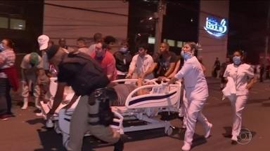 Incêndio atinge hospital na Zona Norte do Rio; 11 pessoas morreram - Um incêndio de grandes proporções atingiu o Hospital Badim, no Maracanã, Zona Norte do Rio, no fim da tarde de quinta-feira (12). Bombeiros percorreram os seis andares do prédio que pegou fogo; 11 pessoas morreram.