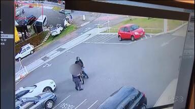 Gangue do delivery faz novas vítimas - Imagens mostram homem que acaba de sair do carro sendo assalto em um estacionamento.