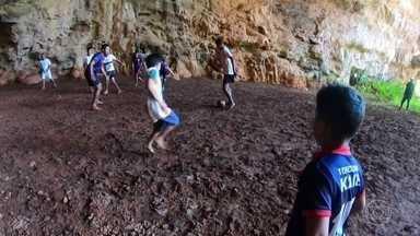 Time de futebol do sertão da Bahia treina em caverna para fugir do calor - Na gruta do sumidouro a preservação é a primeira regra. Os rapazes se divertem todos os dias no local, sempre com a supervisão do técnico.