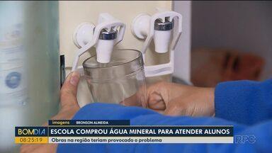 Escola compra água mineral para atender os alunos - Uma obra na região teria causado o desabastecimento.