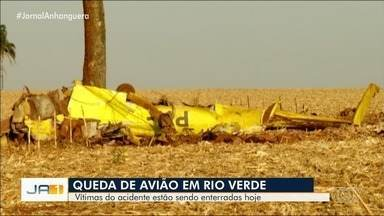 Avião cai e mata duas pessoas em Rio Verde - Queda aconteceu logo após decolagem no aeroporto da cidade. Segundo o Corpo de Bombeiros, familiares de um dentista e um empresário estiveram no local do acidente e informaram que eles estavam na aeronave.