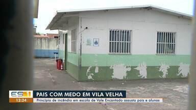 Princípio de incêndio em escola de Vale Encantado, Vila Velha, assusta pais e alunos - A Prefeitura de Vila Velha disse que aconteceu uma pane elétrica, de pequenas proporções, na parte externa do módulo da escola, onde fica o ar-condicionado.