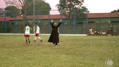 Padre se divide entre a batina e o futebol em São Gonçalo do Piauí - Padre se divide entre a batina e o futebol em São Gonçalo do Piauí