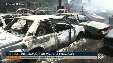 Incêndio atinge mais de 50 veículos em propriedade particular em Rolândia - Bombeiros conseguiram controlar o fogo no início da tarde, ninguém se feriu.