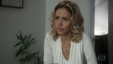 Teresa conforta Norberto, que sofre com a perda de seus bens - Ela o incentiva a deixar pra trás essa história de dinheiro e recomeçar