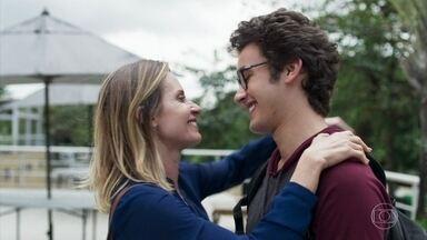 Benjamin acompanha Letícia até o hospital - Eles estão felizes e não escondem mais o relacionamento