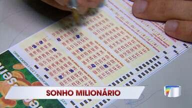 Mega-sena acumulada em R$ 100 milhões faz lotéricas de Taubaté ficarem movimentadas - Veja a reportagem.