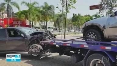 2 mulheres morrem em acidente em Jundiaí - Elas pararam o carro em alça de acesso de rodovia. Motorista embriagado bateu no veículo.